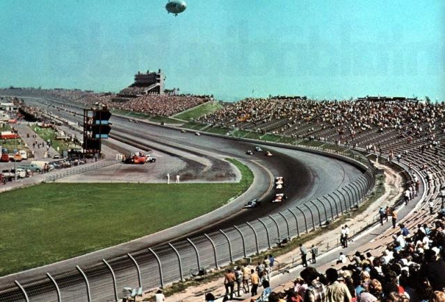"""""""Индианаполис Запада"""" - Ontario Motor Speedway. Тут проходила одна из 500-мильных гонок тройной короны. На фото пилоты едут в обратную сторону, так как это другая гонка, про трассе в инфилде."""