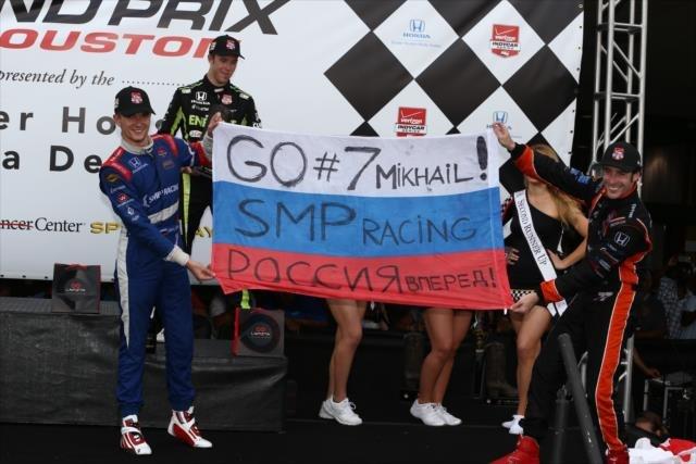 Первый подиум Михаила Алёшина в ИндиКаре. Вместе с ним слева направо - обладатель 3-го места Джек Хоксворт  и победитель Симон Пажно.