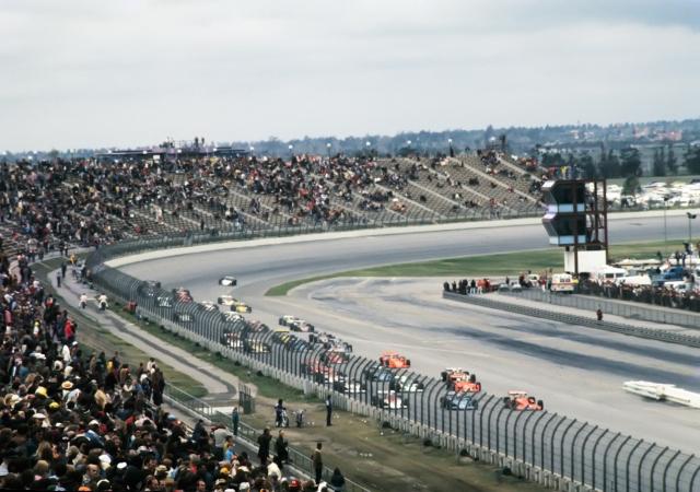 Старт гонки Калифорния 500 на трассе Ontario Motor Speedway