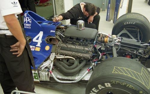 Компоновка March 90P, турбина расположена перед мотором, выхлопные трубы почти сразу за дугой безопасности, коробка передач перед задней осью